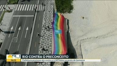 Bandeirão arco-íris lembrou o dia internacional de combate à LGBTfobia - A prefeitura levou um bandeirão com arco-iris para a orla de Ipanema em ato de apoio ao dia de combate à LGBTfobia .