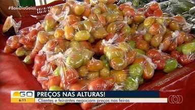Preços de alimentos sofrem reajustes em Goiânia - Negociação entre consumidores e vendedores é constante em feiras da capital.