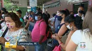 Passageiros reclamam da demora para conseguir pegar ônibus no 1º dia útil da quarentena - Em Camaragibe, filas extensas foram registradas.