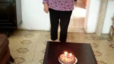 Idosa ganha surpresas no dia em que completa 80 anos - Filhos mandaram cesta de café da manhã, flores e deixaram um bolo para ela.