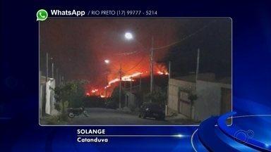 Terreno residencial pega fogo em Catanduva - Um terreno residencial pegou fogo, no bairro Nova Catanduva 2, em Catanduva (SP), na noite deste domingo (17), por volta das 23h.