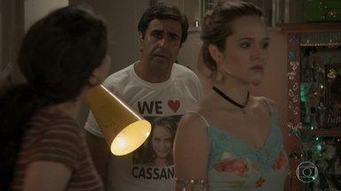 Hugo estranha briga entre Cassandra e Débora - Cassandra divide seu quarto para evitar a irmã