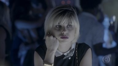 Rafael sai com mais uma modelo e Lu disfarça incômodo - A assistente de Carolina ouve conversa entre Max e Arthur e questiona o amigo