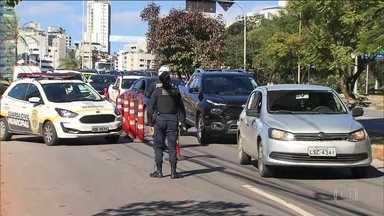 Belo Horizonte impõe barreiras sanitárias nas entradas da cidade - A entrada na capital mineira está sendo controlada por barreiras sanitárias para impedir a entrada de motoristas com sintomas da Covid-19 na cidade.