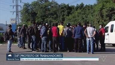 Portuários demitidos protestam por pagamento atrasado em Cubatão - Manifestação aconteceu em frente à empresa que atrasou pagamento do salário.