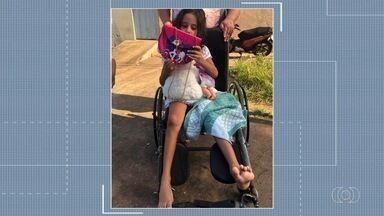 Voluntários doam cesta básica a família de menina que não consegue consulta, em Goiânia - Criança precisa retirar os pinos que tem na perna e provocam dores.