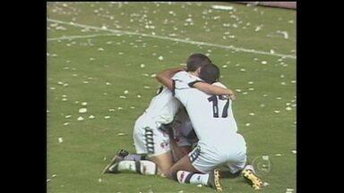 Em 1998, Vasco marca duas vezes contra o Barcelona-EQU no jogo de volta e é campeão da Libertadores - Em 1998, Vasco marca duas vezes contra o Barcelona-EQU no jogo de volta e é campeão da Libertadores