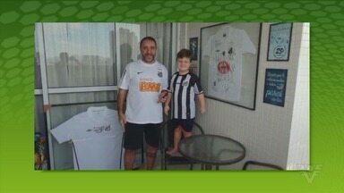Marcelino Silva aproveita a quarentena para ensinar futebol de botão ao filho Lucas - De quebra, pai relembra grandes times do Santos, como o de 1995.
