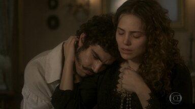 Pedro e Leopoldina sofrem pela morte de João Carlos - A princesa tenta consolar o marido com a chegada do novo filho e diz que o bebê vai precisar deles para crescer bem e feliz