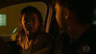 Ramiro busca Clara na delegacia - A estagiária da Aruanas se apavora ao deixar a cadeia