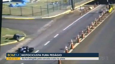Motociclista fura pedágio - Ele foi atingido por uma cancela e caiu na pista.