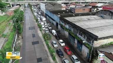 Mesmo com rodízio, é grande o número de carros nas ruas do Recife - Blitz na Avenida Sul causou engarrafamento por volta das 8h.