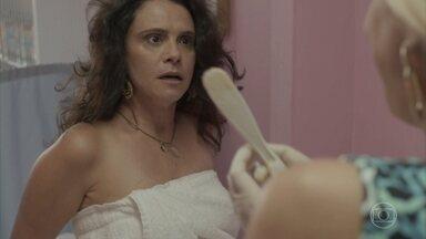 Maristela tortura Rosângela durante a depilação - Enrolada em uma toalha, a ex mulher de Florisval corre atrás da loira