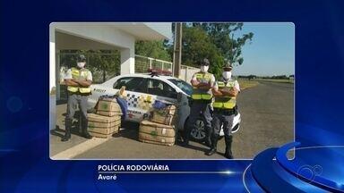 Passageira de ônibus é presa ao ser flagrada com tijolos de maconha escondidos em caixas - Um mulher foi presa suspeita de tráfico de drogas no quilômetro 248 da Rodovia Castello Branco (SP-280), em Avaré (SP), na manhã desta quinta-feira (21).