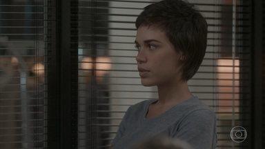 Leila sugere que Eliza seja sincera na entrevista - A menina fica sem reação ao ver Jonatas na Totalmente Demais