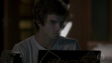 Fabinho apaga a imagem do vídeo onde Cassandra aparece dopando Jonatas - Leila percebe que imagem foi editada e fica intrigada