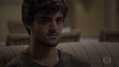 Jonatas não consegue parar de pensar em Eliza - Rosângela consola o filho. Eliza relembra os bons momentos ao lado do ex-namorado