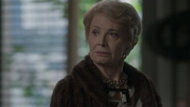 Stelinha chega ao Brasil - Arthur convoca a mãe para ajudar Elisa a vencer o concurso. Jojô se desespera com a chegada da avô. Cida aconselha Eliza a acender uma vela para o anjo da guarda