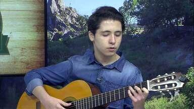 Adolescente canta na varanda de casa para animar vizinhos - Saiba mais no g1.com.br/ce