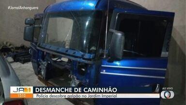 Polícia descobre caminhão roubado que estava sendo desmontado em galpão, em Goiânia - Segundo a polícia, um caminhão roubado também estava sendo desmontado em Trindade.