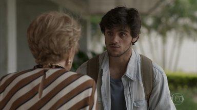 Ingênuo, Jonatas acredita em Stelinha - O rapaz pede que Stelinha dê seu recado a Eliza, mas a mãe de Arthur mente para a ruiva