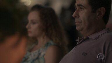 Hugo diz que só seduziu Lurdinha por estar drogado - Ela fica magoada com o pai de Cassandra