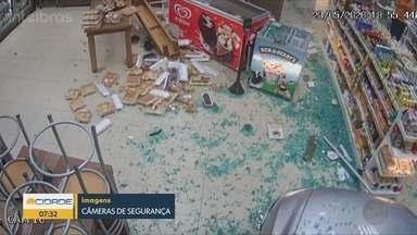 Carro invade loja de conveniência em Ribeirão Preto, SP - Câmeras de segurança flagraram a colisão.