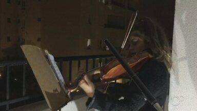 Violinista encanta vizinhos com show na sacada em Itu - Uma jovem violinista de 17 anos encantou os vizinhos ao fazer uma apresentação diretamente da sacada do prédio onde mora, em Itu (SP).