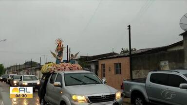 Fiéis comemoram padroeira do bairro de maneira diferente - Tradicional procissão foi substituída por carreata.