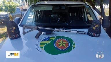 Duas pessoas são presas e um menor apreendido com um fuzil, na GO-080 - Suspeitos foram levados para a Superintendência da Polícia Federal em Goiânia.