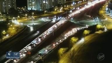 Acidente no Anel Viário Sul deixa trânsito lento no sentido Sertãozinho, SP - Polícia orienta motoristas que passam pelo trecho.