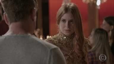 Eliza estranha o atraso de Jonatas - Arthur reclama ao saber que Eliza convidou Jonatas para assistir à terceira prova do concurso