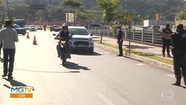 Guarda municipal de Betim faz campanha contra uso de linhas cortantes - Foram distribuídos equipamentos de segurança para motociclistas. Crianças e adultos foram orientados sobre os riscos do uso de cerol e linha chilena.