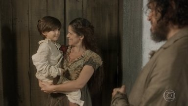 Licurgo convence Germana a não entrar no quarto de Thomas - Elvira insiste que o casal abra o quarto alugado por Thomas para guardar seus baús