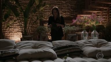 Lili tira satisfações com Germano - Ela não aceita que o marido tenha mandado Fabinho para a cadeia