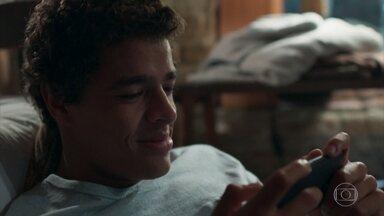 Tato assiste a vídeo dele com Tonico e Keyla - O rapaz sofre ao saber que Keyla vai se encontrar com Deco em breve