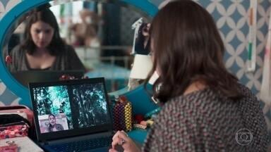 Keyla se decepciona por Adriana não conseguir localizar Deco - Adriana envia fotos de ex-funcionários da ONG para Keyla, mas ela não reconhece o rapaz