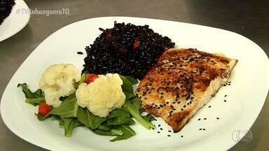 Sabores do Campo: veja como fazer uma arroz preto acompanhado de salada e salmão - Sabores do Campo: veja como fazer uma arroz preto acompanhado de salada e salmão