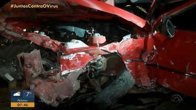 Homem morre após colisão entre dois carros na BR-293, em Santana do Livramento - Idoso de 82 anos foi arremessado para fora do veículo. Ele dirigia com a habilitação cassada.