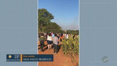 PM dispersa aglomeração em campo de girassóis em Sumaré - Parte das pessoas no local não usava máscaras. Policiais também deram orientações sobre necessidade de isolamento social durante a quarentena.