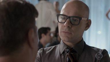 Pietro provoca Arthur - O assistente de Carolina pergunta se Arthur foi ao evento enganar mais alguém