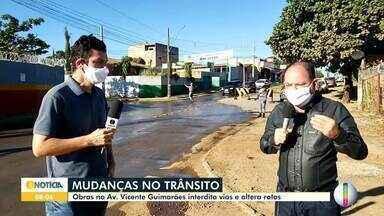 Obras na Av. Vicente Guimarães interdita vias e alterna rotas em Montes Claros - Segundo a MCTrans, por causa das obras no córrego da Avenida Vicente Guimarães o trânsito local teve que ser alterado.