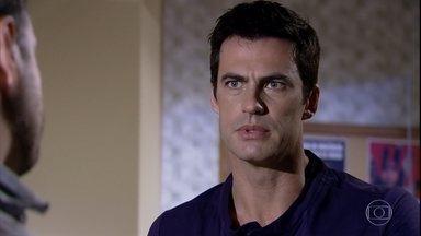 Juan se preocupa com a situação de Rafael - A polícia avisa que Rafael permanecerá algumas horas na delegacia para esclarecer algumas coisas