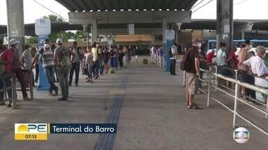 Passageiros relatam ônibus lotados e longas esperas por transporte público - Em terminais integrados, TV Globo registrou aglomerações e desrespeito ao distanciamento.