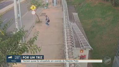 Pedestre escapa de ser atropelado na calçada em Ribeirão Preto; veja vídeo - Acidente aconteceu na Avenida Antônia Mugnatto Marincek.