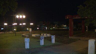 Praça Tomi Nakagawa está com várias lâmpadas queimadas - Nossa equipe fez o registro nesta quinta (04). Sercomtel Iluminação prometeu resolver o problema assim que o tempo firmar