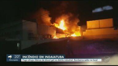 Incêndio atinge fábrica de álcool em gel de Indaiatuba e mobiliza Bombeiros - Incidente ocorreu na noite desta quinta-feira (4). Não há informações de feridos.