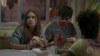 Eliza se diverte com a família de Jonatas - Stelinha reclama com Cida por Eliza ter ido para Curicica. Jojô sente vergonha de Arthur por causa do vídeo que circula na internet