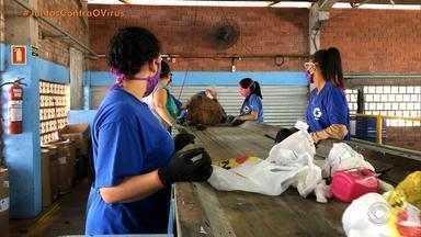 Reciclagem de lixo é um dos serviços afetados pela pandemia - Máscaras precisam ser postas em sacolas bem fechadas e com sinalização para evitar contaminação de recicladores. Saiba como realizar o descarte corretamente.