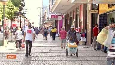 Primeiro dia de reabertura das atividades tem grande movimentação em Fortaleza - Apesar do aumento do número de mortes e de pessoas contaminadas pelo novo coronavírus, a cidade começou a reabertura. Lojas de rua e shoppings foram liberados para voltar a funcionar, mas com capacidade reduzida.